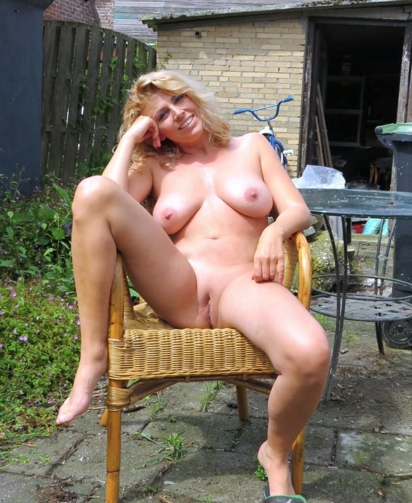 nude milf in her garden - Nude hotties