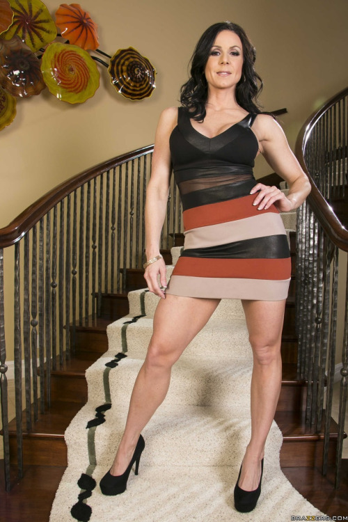milf in mini skirt